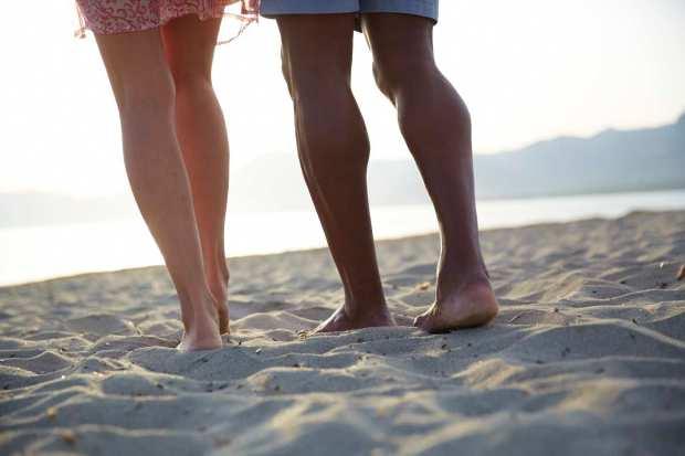 Couple_LegsBeachSand_001