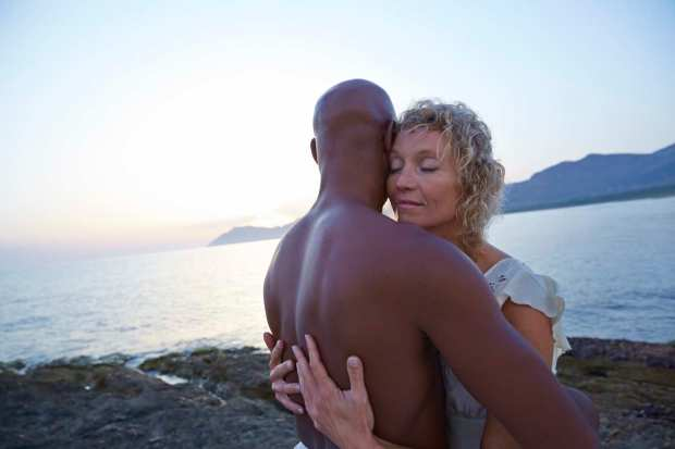 MixedRaceCouple_HugKissSeaBeachSunset_012