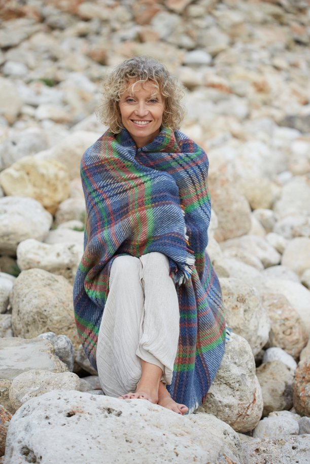 Woman_HealthOutdoorLifestyleRocksBlanket_002